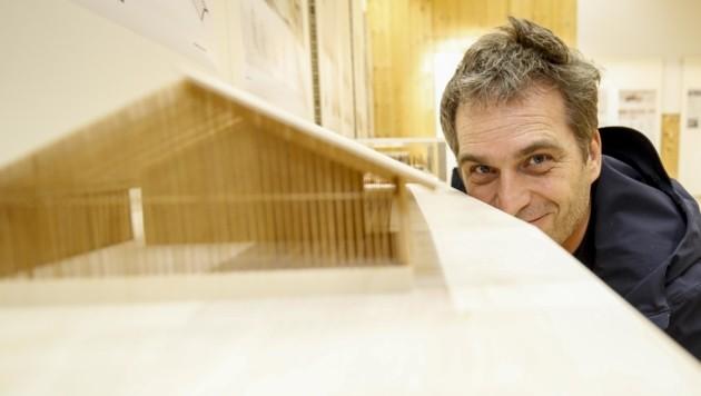 Architekt Andreas Cukrowicz mit seinem Modell hin zu einem offenen Forschungsmuseum (Bild: Tschepp Markus)