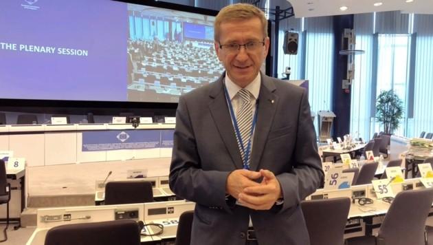 Wirtschaftslandesrat Markus Achleitner im Ausschuss der Regionen in Brüssel (nach der Sitzung, deshalb die leeren Sessel). (Bild: Land OÖ)