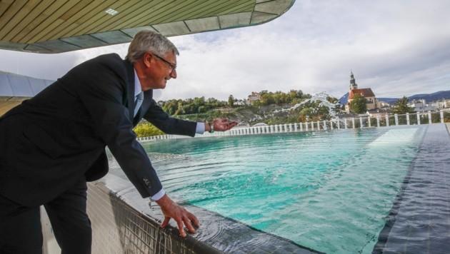 Planschen mit Panorama: Bürgermeister Harald Preuner pritschelt im Infinity-Pool am Dach des neuen Paracelsus Bad & Kurhauses. Dazu der Ausblick auf die Salzburger Altstadt. (Bild: Tschepp Markus)