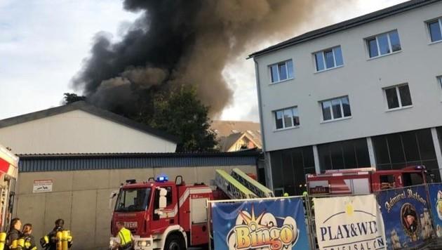 Feuerwehreinsatz bei dem Brand im Reifenlager (Bild: Stadt Villach)