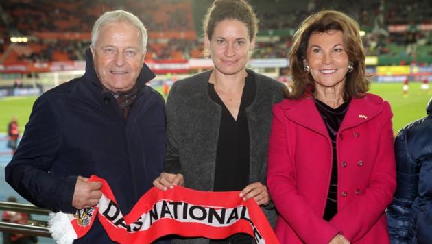 ÖFB-Präsident Leo Windtner mit ÖFB-Rekordtorschützin Nina Burger und Bundeskanzlerin Brigitte Bierlein (von links (Bild: GEPA )