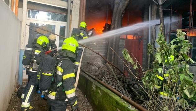 Die Feuerwehrleute mussten schweren Atemschutz tragen. (Bild: HFW Villach)