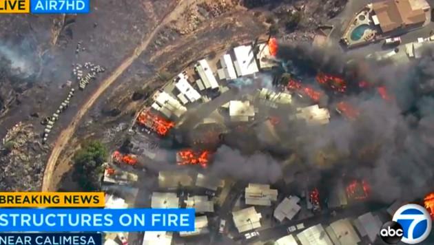 Heiße Winde haben eine Wohnwagensiedlung in Brand gesetzt (Bild: AP)