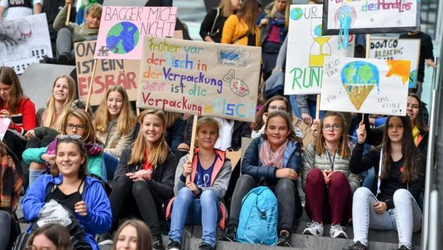 """Setzt Euch für das Klima ein! Schüler appellierten an die Mächtigen der Welt im """"streikenden Klassenzimmer"""". (Bild: Harald Dostal)"""