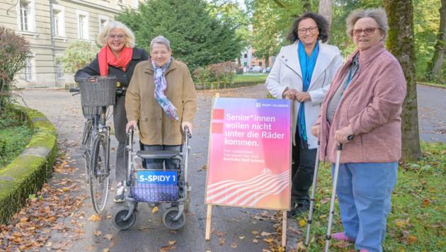 Stadträtin Anja Hagenauer, Berta Huber, Andrea Sigl (Leiterin SWH Hellbrunn) und Maria Zottele vor dem Seniorenwohnhaus. (Bild: Stadt Salzburg / Alexander Killer)