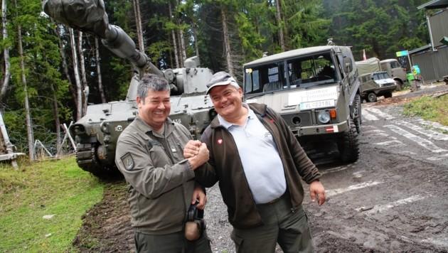 Oberst Andreas Scherer, Betreiber des Bunkermuseums, und Musitsch freuten sich über den glatten Ablauf. (Bild: Evelyn Hronek Kamerawerk)
