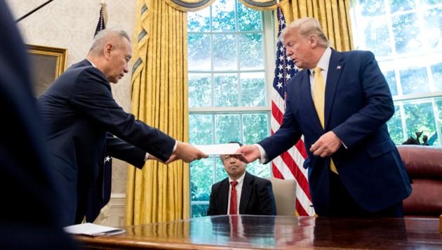 US-Präsident Donald Trump und Chinas Vize-Premier Liu He (Bild: AP)