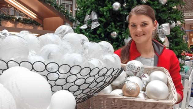 Melanie sortiert im Lutz in Eugendorf die glitzernden in weiß gehaltenen Christbaumkugeln. (Bild: Camera Suspicta / Susi Berger)