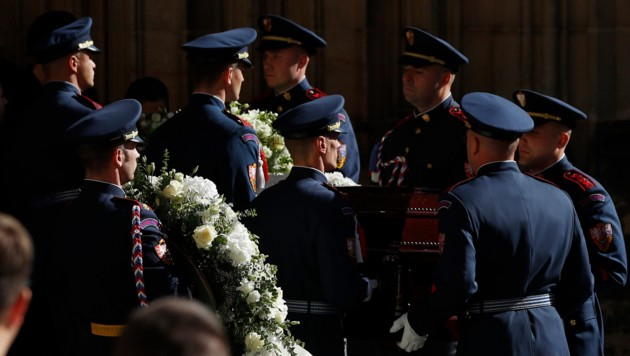 Karel Gott wurde am Samstag in Prag die letzte Ehre erwiesen. (Bild: AP)