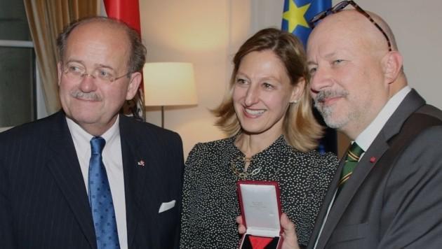 Dieter Grohmann (re.) mit Botschafterin Elisabeth Kornfeind und Laudator Wolfgang Bandion (Bild: Werner Grohmann)