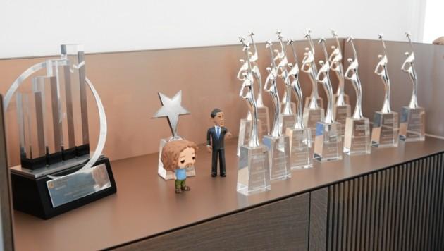 Award an Award und ein Mini-Obama - mit dessen Agentur kooperierte der Youngster damals. (Bild: Reinhard Holl)