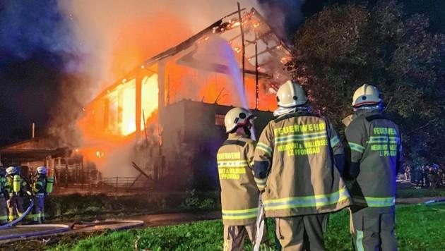 Die Feuerwehren Neumarkt am Wallersee, Straßwalchen, Köstendorf und Eugendorf rückten mit insgesamt 150 Einsatzkräfte aus, gegen 3.30 Uhr waren die Flammen gelöscht. (Bild: Markus Tschepp)