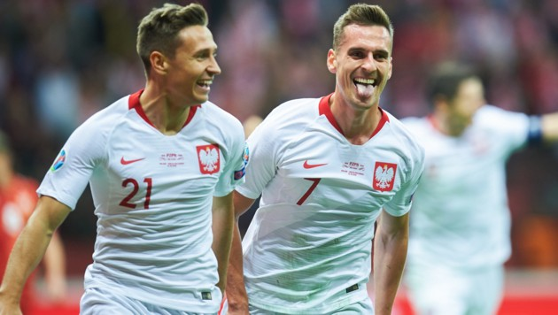 Arkadiusz Milik und Przemyslaw Frankowski freuen sich über den polnischen 2:0-Sieg! (Bild: AFP)