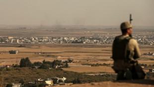 Ein türkischer Soldat an der Grenze zu Syrien (Bild: AP)
