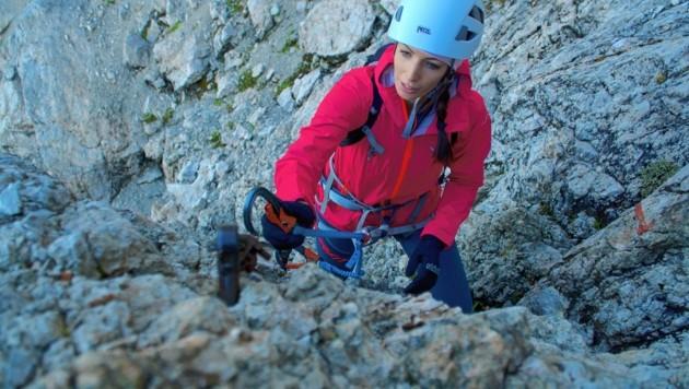 Keine Spur von Höhenangst: Trittsicher ist Andrea, die als Prozesstechnikerin bei Infineon arbeitet, im Klettersteig unterwegs. (Bild: Wallner Hannes)