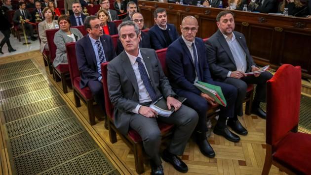 Die Separatistenführer auf der Anklagebank (Bild: AFP)
