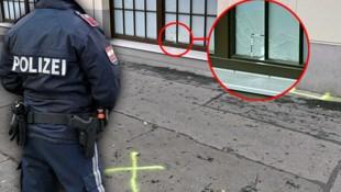 Hier in der Quellenstraße in Wien kam es zu den Schüssen der Polizei auf einen Verdächtigen. Ein Projektil durchschlug eine Scheibe. (Bild: APA/HERBERT NEUBAUER, APA/HANS PUNZ, krone.at-Grafik)