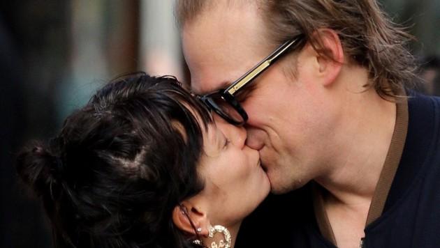 """Stranger Things""-Star David Harbour küsst Lily Allen. (Bild: www.PPS.at)"