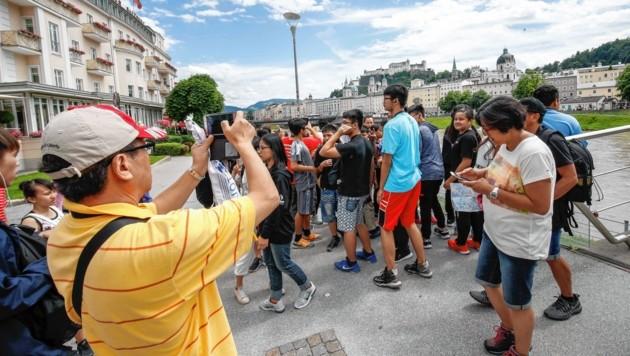 Eine Touristengruppe beim Makartsteg bzw. dem Hotel Sacher (Bild: MARKUS TSCHEPP)