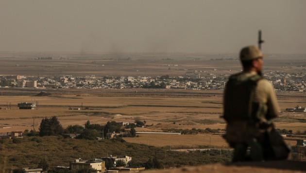 Ein Soldat an der türkisch-syrischen Grenze (Bild: AP)
