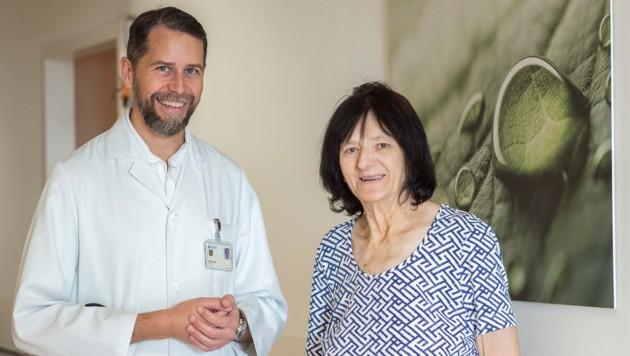 Kardiologe Martin Rammer führte den Katheter samt Sonde über Maria H.s Leiste ein und reparierte die beiden undichten Herzkammern. (Bild: Klinikum Wels)