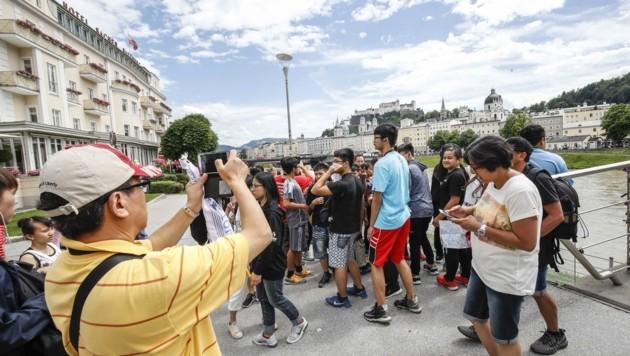 Asiatische Touristen in der Mozartstadt. Gut für die Wirtschaft, nervig für manch Salzburger. (Bild: Tschepp Markus)