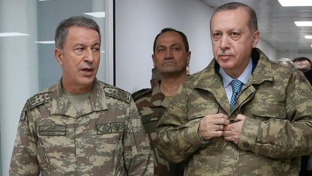 Präsident Erdogan mit seinem Verteidigungsminister Hulusi Akar (Bild: APA/AFP/TURKISH PRESIDENTIAL PRESS SERVICE/Handout)