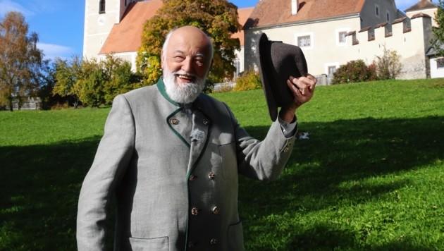 Sepp Forcher nimmt vor der Kirche in Mariahof den Hut (Bild: Sepp Pail)