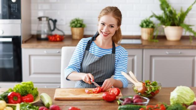 Viel Gemüse und Fisch essen. Frische Produkte wählen! (Bild: JenkoAtaman/stock.adobe.com)