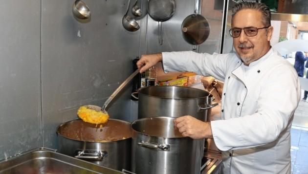 Gaumenglück-Küchenchef Gerald Felber versucht die Verschwendung von Lebensmittel zu vermeiden und hofft aufs Verständnis seiner Kunden. (Bild: Christian Jauschowetz)