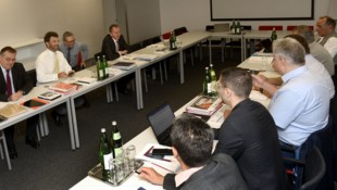 Die Metaller-KV Verhandlungen am Mittwoch (Bild: APA/HERBERT PFARRHOFER)