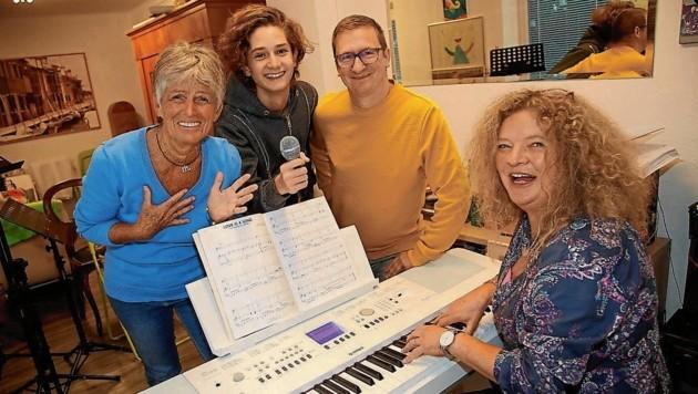 Auch Eva Tschuitz, Andrea Simone Masi und Harry Jerin haben sich bei Stimmcoach Anja Glüsing für den Bewerb angemeldet. (Bild: Uta Rojsek-Wiedergut)