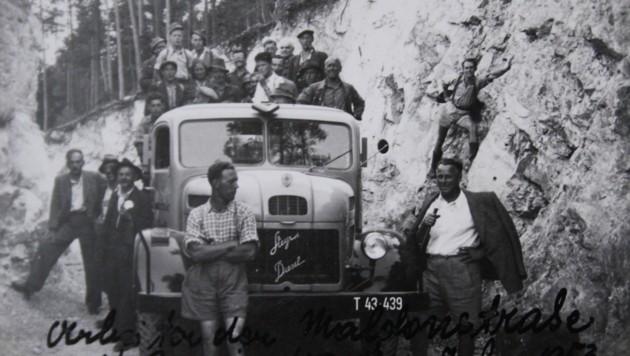 """Ein Arbeitstrupp mit Gemeindefahrzeug an der """"Maldonstraße"""", ab 1958 Hahntennjochstraße. (Bild: Daum Hubert)"""