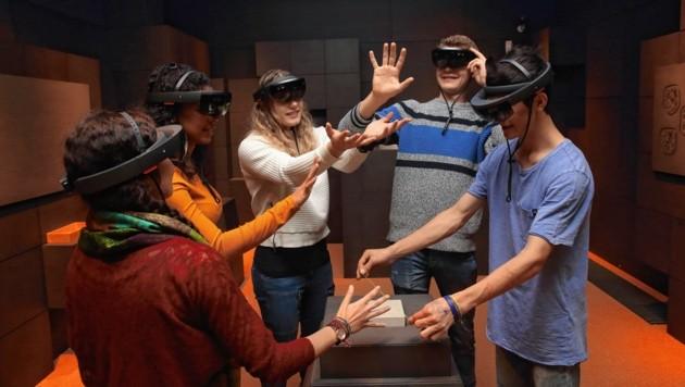 Mit AR-Brillen tauchen die Jugendlichen in digitale Welten ein, vierzig Stück liegen bereit (Bild: Universalmuseum Joanneum/J.J. Kucek)