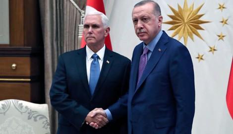 Ernste Themen gab es für US-Vizepräsident Mike Pence und dem türkischen Staatschef Recep Tayyip Erdogan zu besprechen. Dementsprechend ernst waren auch ihre Mienen beim gemeinsamen Foto. (Bild: AP)