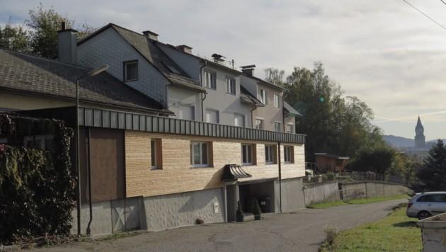 Der Tatort am Ortsrand von Haslach an der Mühl. Hinter der Tür im ersten Stock des Mehrparteienhauses eskalierte der Streit. (Bild: Markus Schuetz)