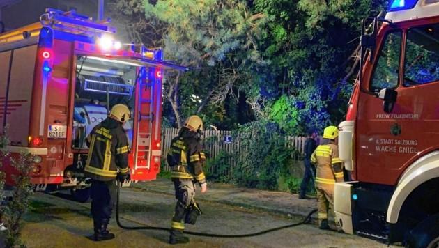 In Salzburg-Maxglan ist beim Brand eines Einfamilienhauses am Donnerstagabend ein Mann gestorben. (Bild: Markus Tschepp)