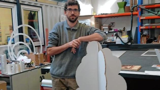 Alex Mann mit einem Baum aus Karton. (Bild: pixapo)