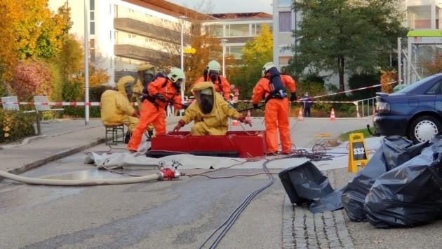 Die Feuerwehr Neuhofen/Innkreis sperrte den Gefahrenbereich großräumig ab (Bild: FF Neuhofen im Innkreis)