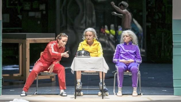 Sarah Sophia Meyer, Tamara Semzov und Julia Franz Richter als Physiker-Trio am Grazer Schauspielhaus (Bild: Johanna Lamprecht)