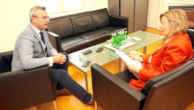 Hofer im Gespräch mit Conny Bischofberger (Bild: Peter Tomschi)