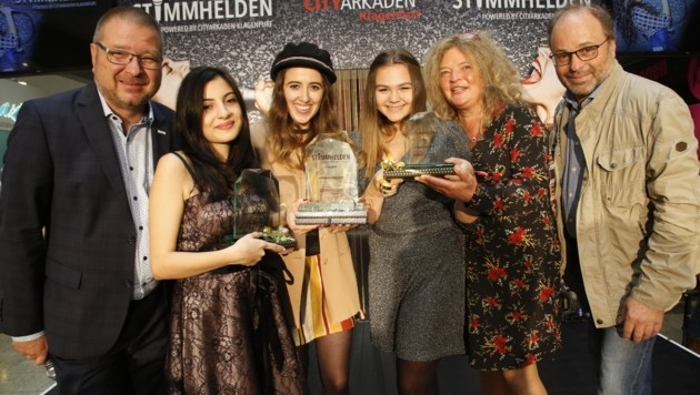 Die Stimmheldinnen Elen, Stefanie und Sophie mit der Jury Ernst Hofbauer (li), Anja Glüsing, Hannes Mößlacher. (Bild: Rojsek-Wiedergut Uta)