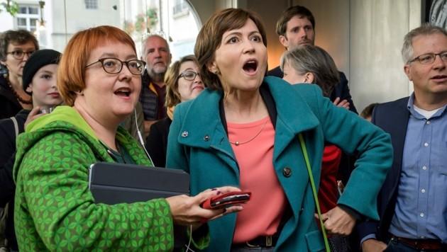 Überraschte Gesichter nach Verkündung der ersten Hochrechnungen bei Regula Rytz (Mitte) und ihren Parteifreunden von den Grünen (Bild: APA/AFP/FABRICE COFFRINI)