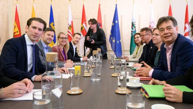 Die beiden Verhandlungsteams von ÖVP und Grünen (Bild: APA/AFP/JOE KLAMAR)