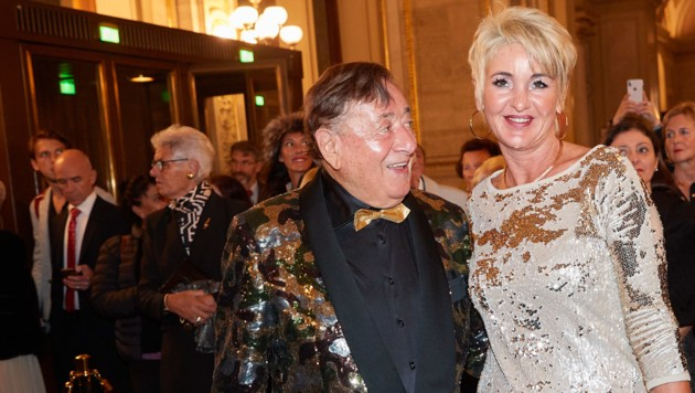 Richard Lugner und seine Begleitung Karin bei der Verleihung des Europäischen Kulturpreis in der Wiener Staatsoper (Bild: Starpix / picturedesk.com)