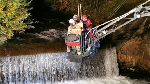Im Korb der Drehleiter der Feuerwehr ließen sich die Helfer zum Wasser hinunterhieven. (Bild: Wasserrettung Mittersill)