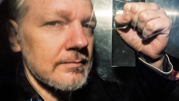 Julian Assange in einem Gefängnistransporter (Bild: AFP)