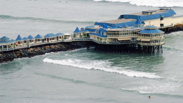 Das Restaurant La Rosa Nautica ragt teilweise ins Wasser. (Bild: wikipedia.org/Martin Garcia)