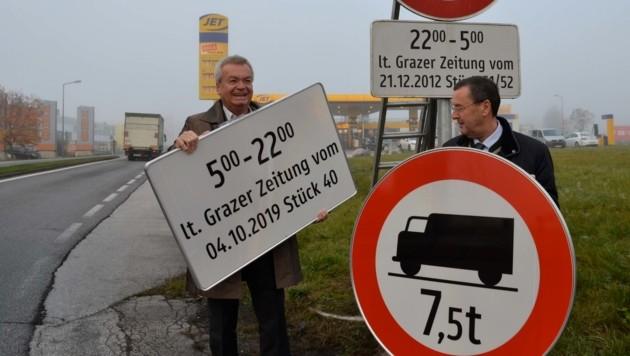 Am 23. Oktober wurden die ersten Tafeln in Liezen aufgestellt - mit Landesrat Anton Lang (links) und Bezirkshauptmann Josef Dick (Bild: Heinz Weeber)