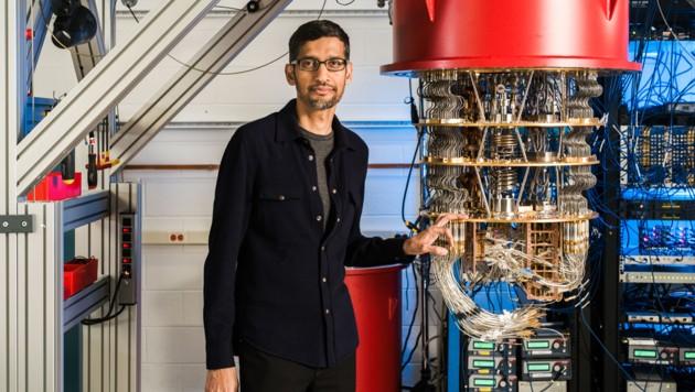 Google-Boss Sundar Pichai neben dem Rechner seines Quantum-Teams.